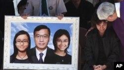一名牧师在安慰马尼拉发生的香港游客遇袭案的遇难者家属