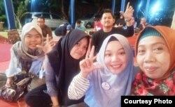 Sri Setyaningsih (paling kanan) di tengah sosialisasi bersama pemilih muda di Yogyakarta. (Foto courtesy: Sri S).