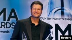 "Blake Shelton ເຈົ້າຂອງລາງວັນນັກຮ້ອງຊາຍດີເດັ່ນແຫ່ງປີ ແລະ ຊຸດເພງແຫ່ງປີ ""Based on a True Story"" ໃນພິທີ ມອບລາງວັນຄັ້ງທີ 47 ລູກທົ່ງອາເມຣິກັນ ຫຼື Country Music Association Awards ໃນນະຄອນ ແນັສວີລ, (Nashville), ລັດເທັນນັສສີ (Tennessee), 6 ພະຈິກ 2013."