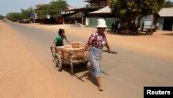 Hai mẹ con vận chuyển gạch ở huyện Rovieng, tỉnh Preah Vihear, 10/2/2013