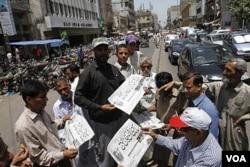 Warga di Karachi, Pakistan, membeli surat kabar yang melaporkan pembunuhan terhadap Osama bin Laden, Senin (2/5).
