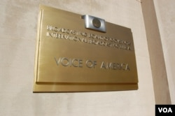 """美国之音门口的铜牌,上面的文字是""""广播理事会,国际广播局,美国之音""""(美国之音丁力拍摄)"""