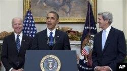 အေမရိကန္သမၼတ ဘရက္ခ္အိုဘားမားက အထက္လႊတ္ေတာ္အမတ္ John Kerry ကို အေမရိကန္ နုိင္ငံျခားေရး၀န္ႀကီးရာထူးကို ဆက္ခံဖို႔ အိမ္ျဖဴေတာ္တြင္ အဆုိျပဳစဥ္။