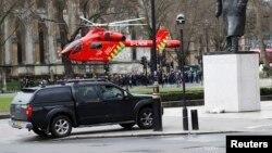 Вертолет экстренной медицинской помощи приземляется у здания британского парламента. Лондон. 22 марта 2017 г.