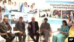 تقریب میں امریکی سفیر کیمرون منٹر صوبائی وزیر تعلیم سردار بابک کے ہمراہ اساتذہ اور بچوں سے گفتگو کررہے ہیں۔