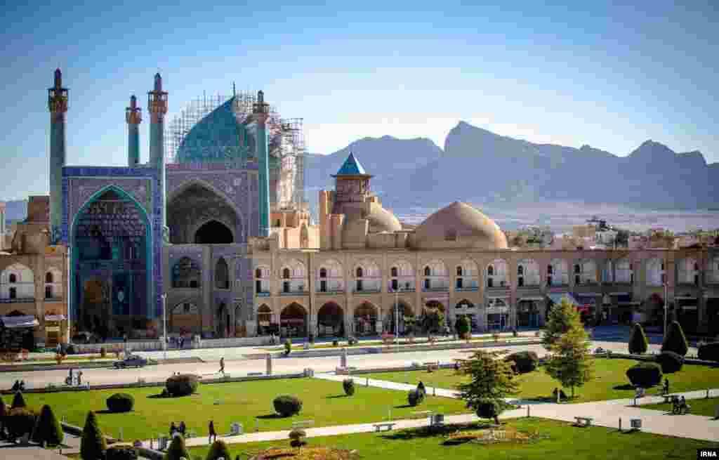 نمایی از میدان نقش جهان در شهر اصفهان. این شهر این روزها میزبان هزاران گردشگر است. عکس رسول شجاعی