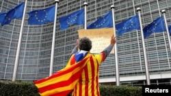Arhiva - Katalonac ognut katalonskom separatističkom zastavom Estelada protestuje ispred sedišta Evropske komisije u Briselu nakon nedjeljnog referenduma o nezavisnosti Katalonije, Belgija, 2. oktobar 2017.