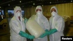 Polisi Australia (AFP) dan petugas pabean memperlihatkan sekantong besar narkoba seberat 585 kilogram yang ditaksir bernilai sekitar $442 juta yang disita di Sydney pertengahan Februari lalu (Foto: dok). Polisi Australia telah menangkap 19 orang