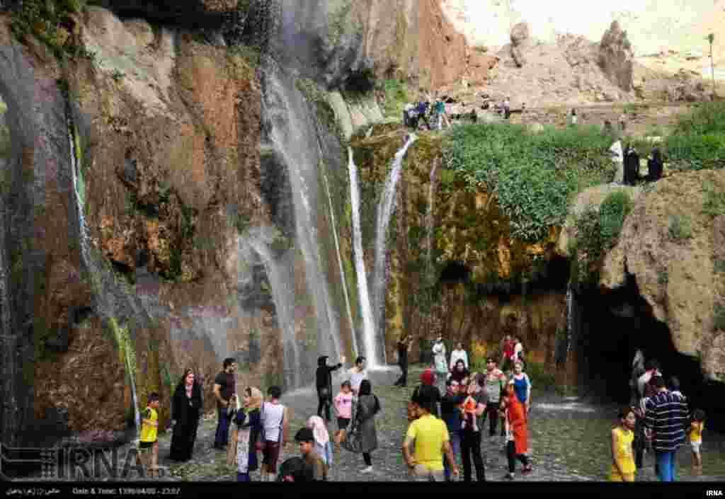 آبشار سمیرم با ارتفاع ۳۵ متر در ۱۶۰ کیلومتری جنوب اصفهان، در اعماق تنگهای به همین نام با دیوارههای سنگی واقع شده است. عکس: زهرا باغبان