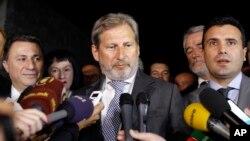 Договори доцна во ноќта: еврокомесарот Јоханес Хан ја објави веста за спогодбата на прес-конференција, со политичките водачи покрај себе