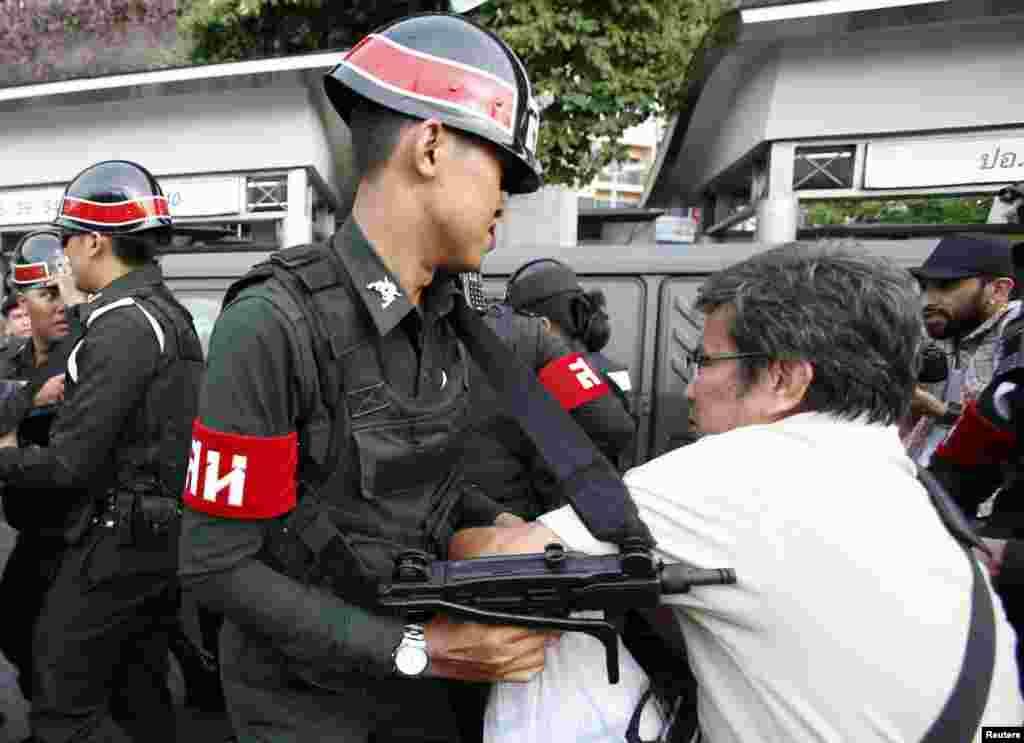 Tailand poytaxti Bangkokda askarlar namoyishchilarni tarqatishga urinmoqda.