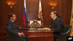 Billionaire publisher Alisher Usmanov, right, with Russian President Dmitry Medvedev, Sept. 2008 (file photo).