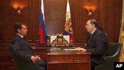 Billionaire publisher Alisher Usmanov, right, with Russian President Dmitry Medvedev, Sept. 2008 (file photo).