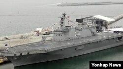 12일 한국 군 당국은 대형수송함 독도함의 후속함인 '제2 독도함' 건조계획이 승인됐다고 밝혔다.사진은 지난 2012년 6월15일 해군의 날을 맞아 함정공개행사를 갖기 위해 여수엑스포 여객선 터미널에 정박한 독도함.