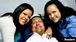 베네수엘라 공보부가 지난달 15일 마지막으로 공개한 우고 차베스 대통령(가운데). 쿠바 아바나에서 암치료 중에 두 딸과 사진을 찍었다.