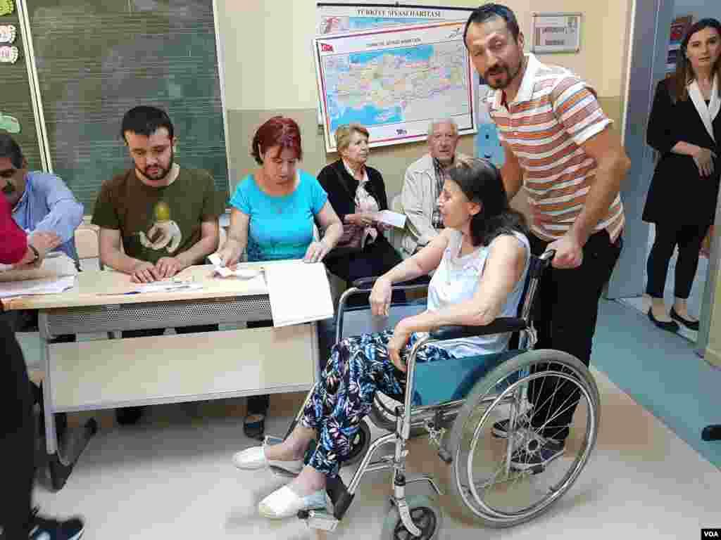 شرکت مردم در ترکیه در رای گیری انتخابات ریاست جمهوری و پارلمانی. ۵۶ میلیون نفر واجد شرایط رای دادن هستند.