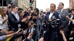 华盛顿警察局长向记者介绍枪击案情。
