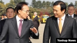 지난해 11월 이명박 한국 대통령(왼쪽)과 이야기를 나누는 임태희 전 비서실장. 임 전 실장은 2009년 남북정상회담을 위한 사전 비밀 접촉에 간여했지만, 북한의 수 억 달러 요구는 없었다고 말했습니다.