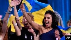 Ca sĩ Ukraine Jamala ăn mừng chiến thắng tại Eurovision với bài hát '1944' ở Stockholm, Thụy Điển, ngày 15 tháng 5 năm 2016.
