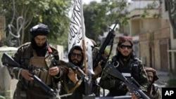 塔利班士兵在喀布爾街上巡邏(美聯社2021年8月19日)