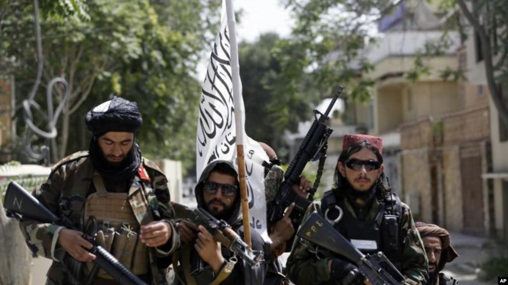 8月19日, 塔利班士兵在喀布尔街上巡逻(美联社)