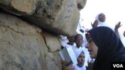 Seorang jemaah membaca ayat-ayat suci di Jabar Rahma di Padang Arafah, Sabtu (5/11).