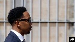 Ndaba Mandela sort du tribunal où son frère devait comparaître pour le viol d'une mineure de 15 ans, à Johannesburg, le 21 août 2015. (AP Photo/Themba Hadebe)