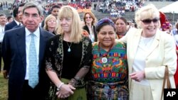 De izquierda a derecha, Oscar Arias, Jody Williams, Rigoberta Menchú y Betty Williams, ganadores de premios Nobel de la Paz.