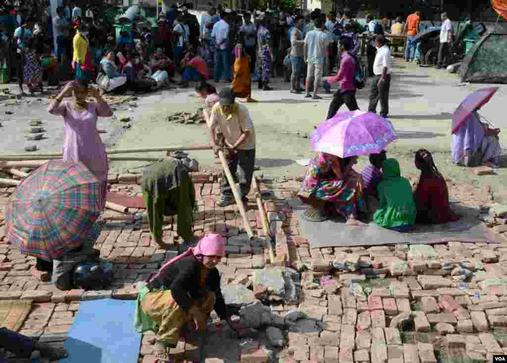 People start to build temporary shelter at Sorahkhutte, Kathmandu, Tuesday, May 12, 2015. (Photo: Bikas Rauniar for VOA)