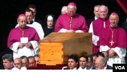 Juan Pablo II, quien falleció en el 2005, fue el primer papa no italiano después de 455 años. Su beatificación será el 1 de mayo de 2011.
