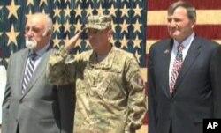 از راست به چپ: ایکن بیری سفیر ایالات متحده در کابل، جنرال پیترئیس و هدایت امین ارسلان مشاور ارشد رئیس جمهور افغانستان