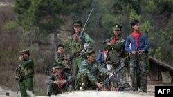 တိုင္းရင္းသားလက္နက္ကိုင္မ်ား (AFP Photo/Ye Aung Thu)