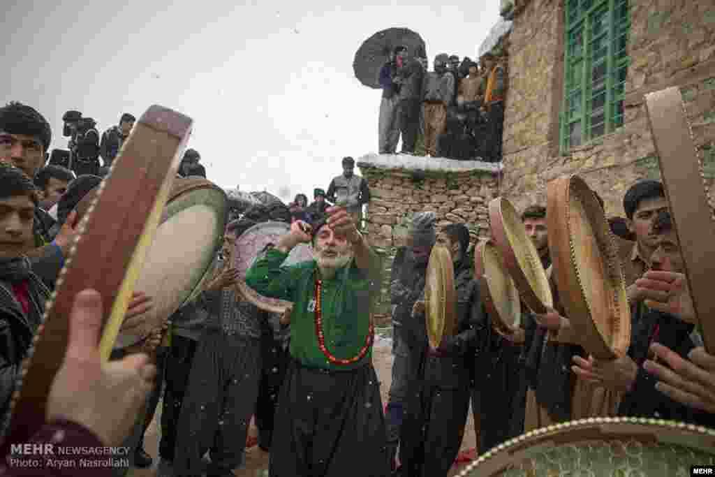 آئین کهن جشن عروسی پیرشالیار، در منطقه اورامان تخت از توابع شهرستان سروآباد استان کردستان برگزار می شود. دف نوازی و رقص های محلی، منقبت خوانی در رثای پیامبر اسلام و پخت آش جو که محلی ها به آن «هولوشینه تشی» می گویند از مراسم این جشن در نیمه زمستان است. عکس: آریان نصراللهی