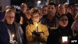 После стрельбы в Тусоне жители Феникса, шата Аризона собрались, чтобы принести свои соболезнования
