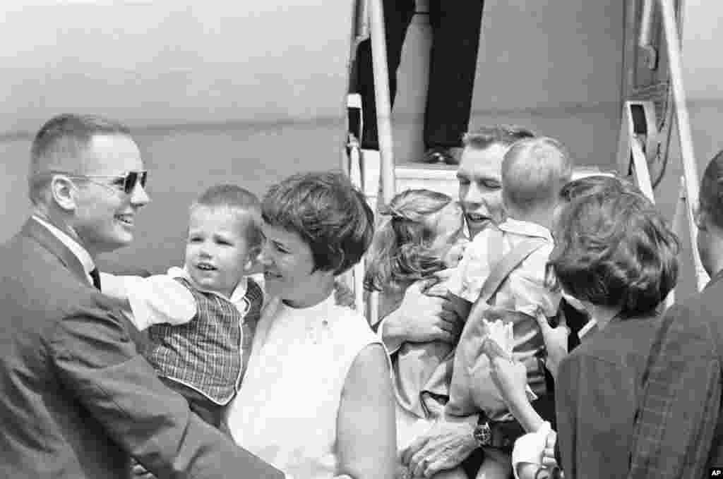 На Земле двух астронавтов встречали как героев. На этой фотографии мы видим Армстронга (слева) рядом с его женой Джанет и сыном Марком (справа от них - астронавт Дэвид Скотт со своими дочерями). Армстронг стал достойным участником «Новой девятки». Участие сразу в трех проектах программы «Джемини» (Армстронг также числился дублирующим астронавтом для полета «Джемини-5» и был наставником для участников «Джемини-11») хорошо зарекомендовали его перед руководством НАСА. К тому же сама программа «Джемини», в ходе которой были отработаны многие техники работы в космосе, легла в основу следующей, куда более амбициозной программы, частью которой предложили стать и Армстронгу.