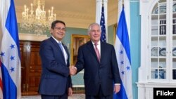 Foto oficial de la reunión del secretario de Estado de EE.UU. Rex Tillerson con el presidente de Honduras Juan Orlando Hernández en Washington. Marzo 21, de 2017.