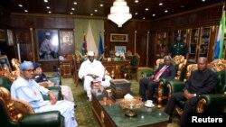 Le président Yahya Jammeh rencontre une délégation dans son palace à Banjul, en Gambie, le 13 décembre 2016.