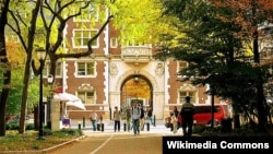 펜실베니아대학교 교정 내를 걷고 있는 학생들.