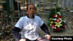 悼念林昭运动发起人朱承志4月30日在林昭墓铁栏杆外
