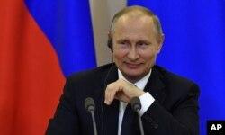 Le président russe Vladimir Poutine en conférence en Italie.