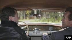 Дмитрий Медведев и Арнольд Шварценеггер во время посещения Сколково.