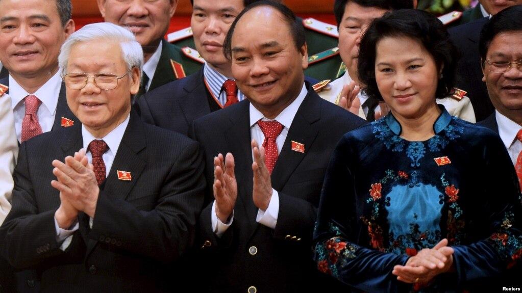 Mức lương chính thức của 3 lãnh đạo cao nhất VN chưa tới 20 triệu đồng/tháng sau khi tăng lương. Ảnh từ trái qua phải: TBT-Chủ tịch nước Nguyễn Phú Trọng, Thủ tướng Nguyễn Xuân Phúc, Chủ tịch QH Nguyễn Thị Kim Ngân.
