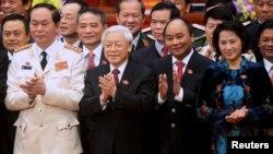 Ông Nguyễn Phú Trọng (thứ 2 từ trái sang) cùng với các thành viên của Bộ Chính trị khóa 12 mới đắc cử.