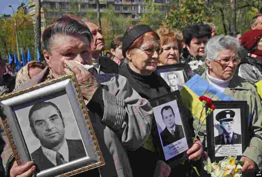 Родственники жертв аварии на Чернобыльской АЭС собрались почтить память погибших на 24-ой годовщине трагедии