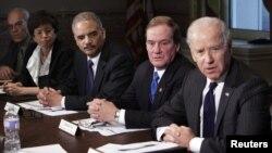 20일 백악관에서 총기 대책 회의를 주재하는 조 바이든 부통령(오른쪽).