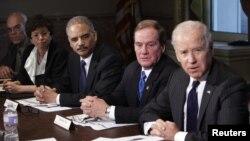 Para Pemimpin Penegak Hukum AS dan pejabat Gedung Putih menyimak rapat yang dipimpin oleh Wapres AS Joe Bidendi Washington, terkait kontrol atas kepemilikan senjata (20/12). Jaksa Agung AS, Eric Holder (tengah/ ketiga dari kiri) mengunjungi Connecticut hari ini untuk bertemu dengan para penegak hukum di wilayah itu terkait penembakan di SD Sandy Hook, Newtown.