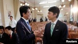Yaponiya Baş Naziri Şinzo Abe millət vəkili Şinciro Koizumi ilə söhbətləşir. 28 sentyabr, 2017.