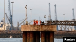 Adani ဆိပ္ကမ္းနဲ႔ အထူးစီးပြားေရးဇုံ စီမံကိန္းကုမၸဏီပိုင္ အိႏိၵယ ဆိပ္ကမ္းတခု ( ဓာတ္ပံု - Reuters)