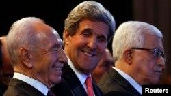 El secretario de Estado, John Kerry, con el presidente de Israel, Shimon Peres; y Mahmoud Abbas, mandatario de Palestina.