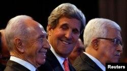 Ngoại trưởng Hoa Kỳ John Kerry (giữa), Tổng thống Israel Shimon Peres (trái) và Tổng thống Palestine Mahmoud Abbas tại Diễn đàn Kinh Tế Thế giới, 26/5/13